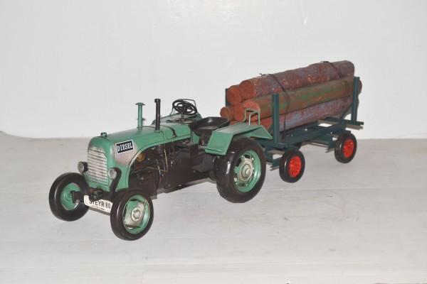 Steyr Traktor mit Anhänger und Holzladung Ansicht links