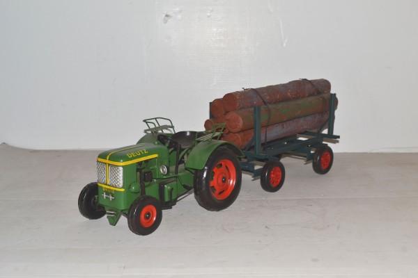 Deutz Traktor mit Anhänger und Holzladung Ansicht rechts