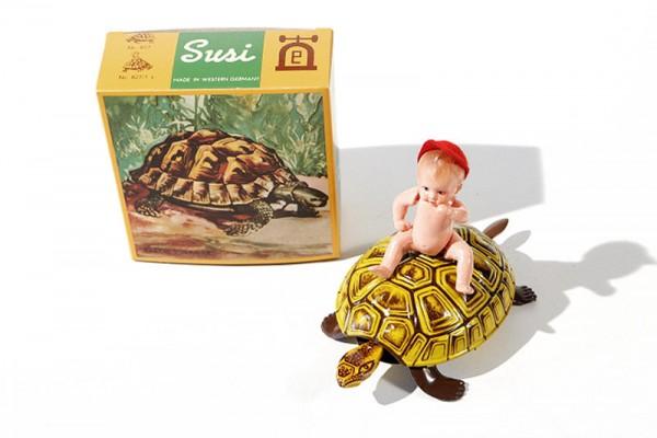 Lehmann Susi Baby Schildkröte mit Kind Ansicht Front mit Karton