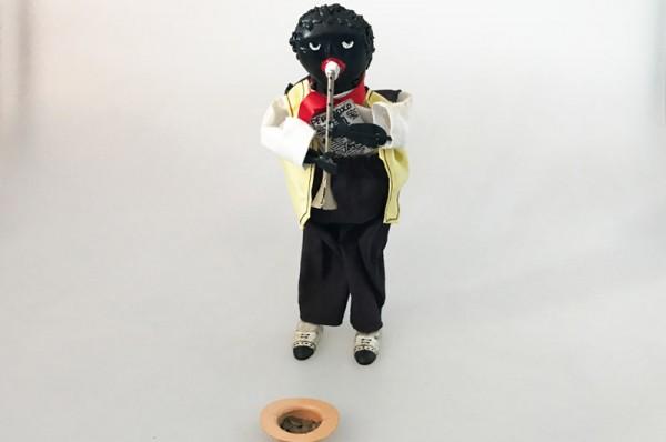 Paya Figur Jazzmusiker mit Bettelhut aus Blech mit echter Stoffbekleidung Ansicht Front